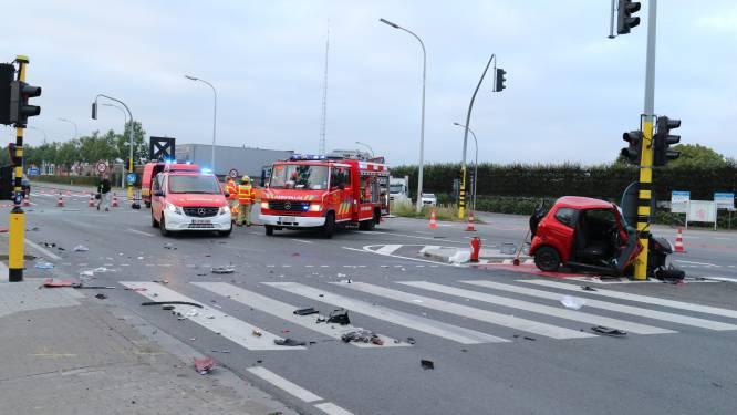 Bestuurder in levensgevaar nadat hij uit voertuig geslingerd wordt: man reed door rood en droeg geen gordel