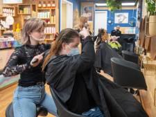 Voedselbankklanten gratis geknipt door kappersleerlingen: 'Blij met verwenmomentje'