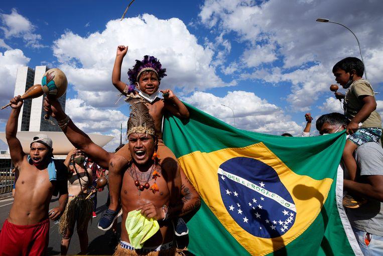 Oorspronkelijke bewoners protesteerden vorige week tegen president Bolsonaro, bij het Hooggerechtshof in Brasilia.  Beeld AP