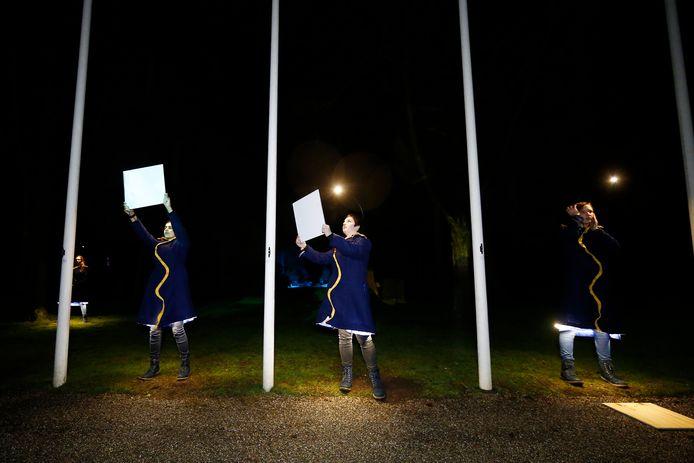 Acteurs tijdens de audiotour 'Licht' op Russich Ereveld op begraafplaats Rusthof