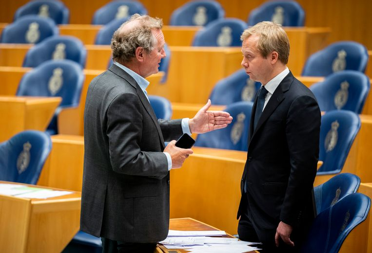 Bram van Ojik (GL) in gesprek met Sven Koopmans (VVD) tijdens de schorsing van het VAO Buitenlandse Zaken in de de Tweede Kamer.  Beeld Freek van den Bergh