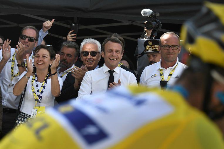 Julian Alaphilippe komt in de gele trui over de streep voor de ogen van president Emmanuel Macron.