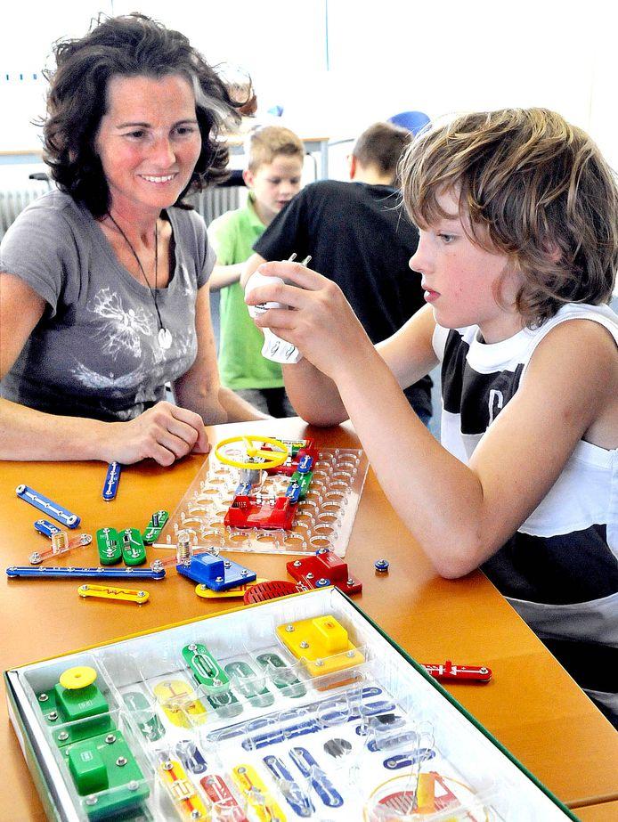 Een hoogbegaafde leerling krijgt een uitdagende opdracht van zijn begeleider in de klas.