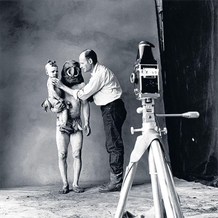 Irving Penn in de weer met een Papoeaman en -kind. Foto AP Beeld