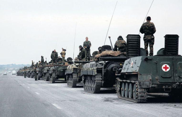 Vrijdagmiddag in Noord-Ossetië: een colonne Russische pantserwagens rukt op in de richting van de grens met Zuid-Ossetië. Foto AP/Musa Sadulayev Beeld