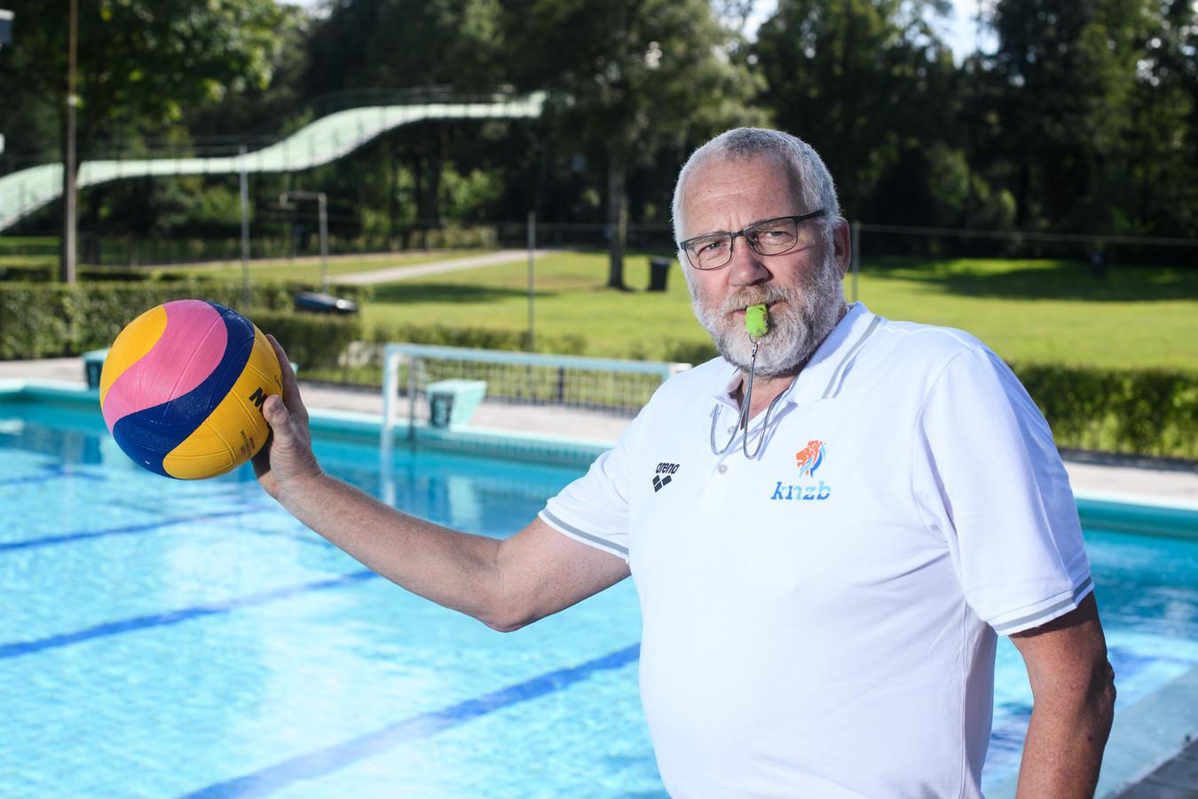 Marcel Geverink is al tweederde van zijn leven waterpoloscheidsrechter. ,,Wat mij gaande houdt? Het plezier aan het leiden van een wedstrijd en de liefde voor waterpolo.''