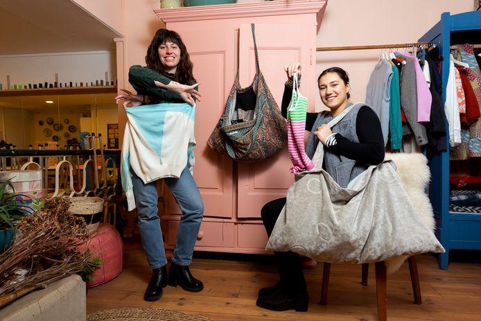 Isabel (l) en Roosmarijn van De Naaierij aan de Boekhorststraat hebben zestig kledingkettingtasjes weggegeven.