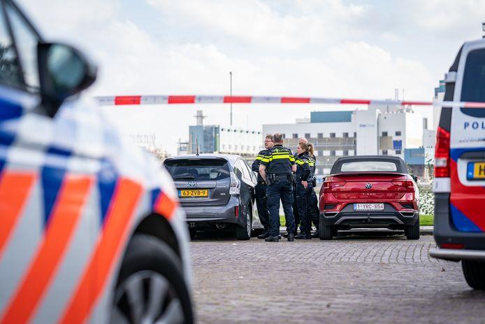 Op de Maasboulevard heeft de politie tijdens een aanhouding een man in zijn been geschoten