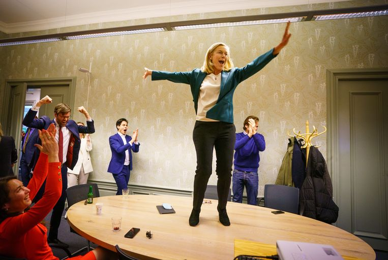D66 lijsttrekker Sigrid Kaag verneemt de uitslag van de eerste exit poll in het partijkantoor tijdens de uitslagenavond.  Beeld ANP