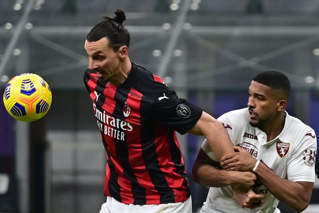 Zlatan Ibrahimovic in duel met een verdediger van Torino.