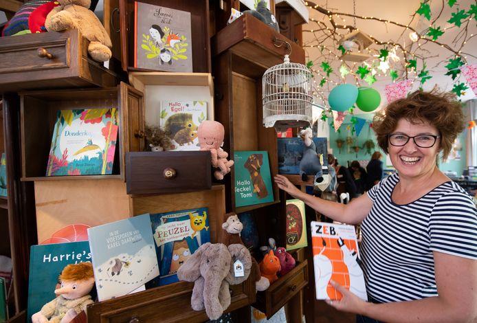 Breda Pix4Profs/René Schotanus. Annelies Harsing is de beste kinderboekenverkoopster van Nederland. Op de foto in haar winkel aan de Speelhuislaan 80 in Breda.