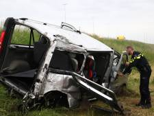Busje rijdt van talud A2 bij Beesd, twee inzittenden gewond naar ziekenhuis