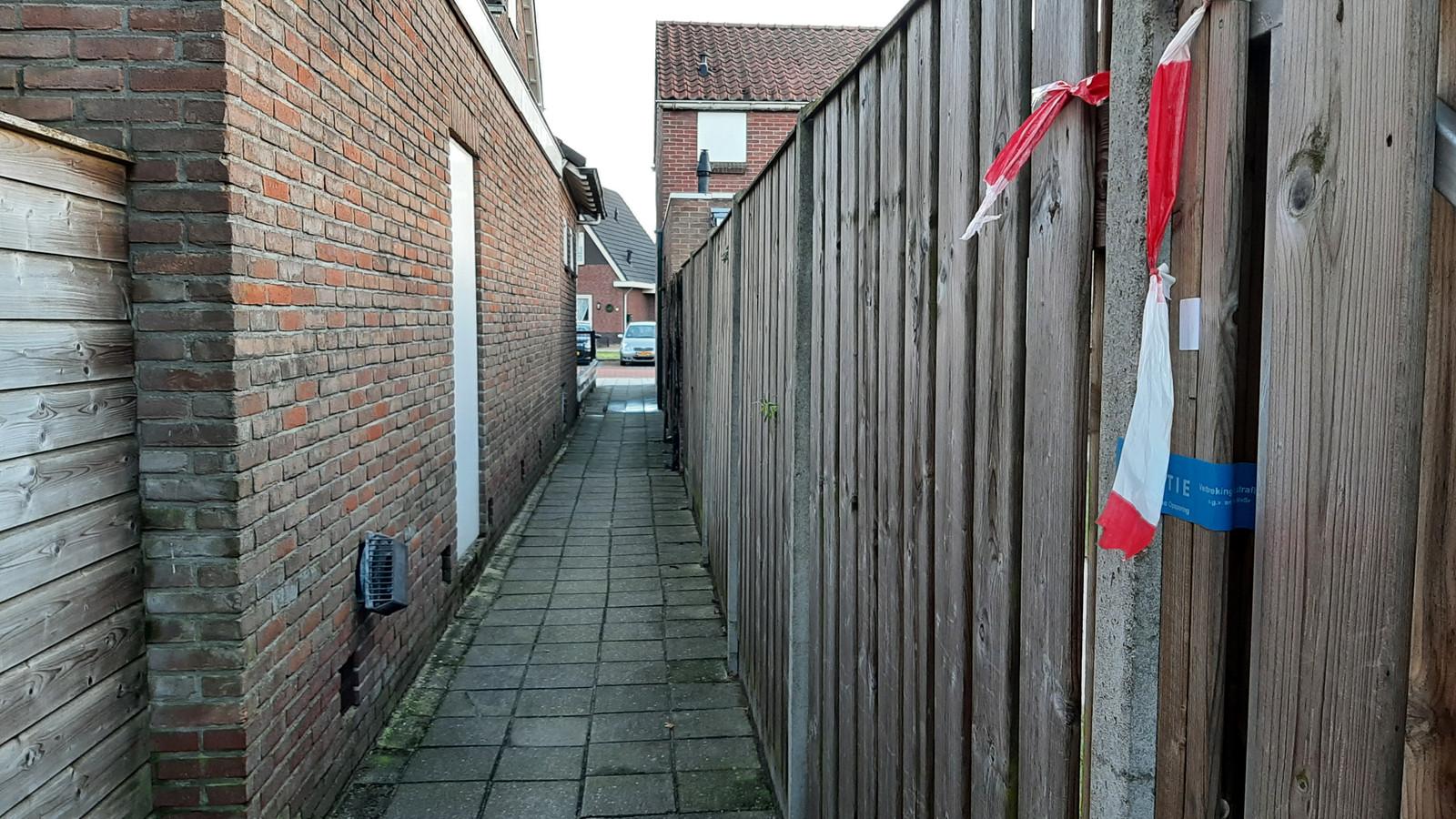 Een woning aan de Kruissteenweg in Wierden is verzegeld in verband met het onderzoek naar de dood van de 14-jarige Lotte. Recht tegenover staat een van de twee auto's van beveiligers.
