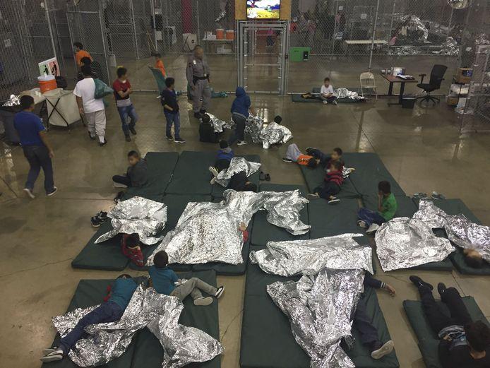 Migrantenkinderen in een opvangcentrum in McAllen, Texas, nadat ze aan de grens van hun ouders werden gescheiden.