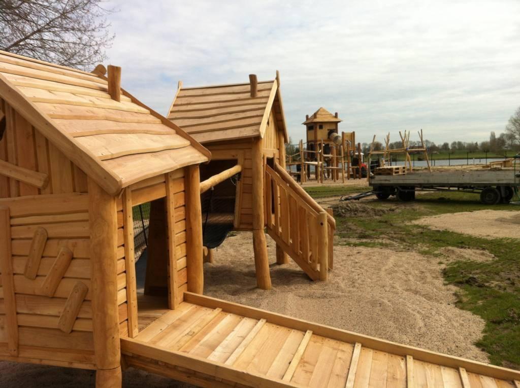 Een van de nieuwe speeltoestellen van Europees hardhout in de speeltuin bij De Neswaarden.