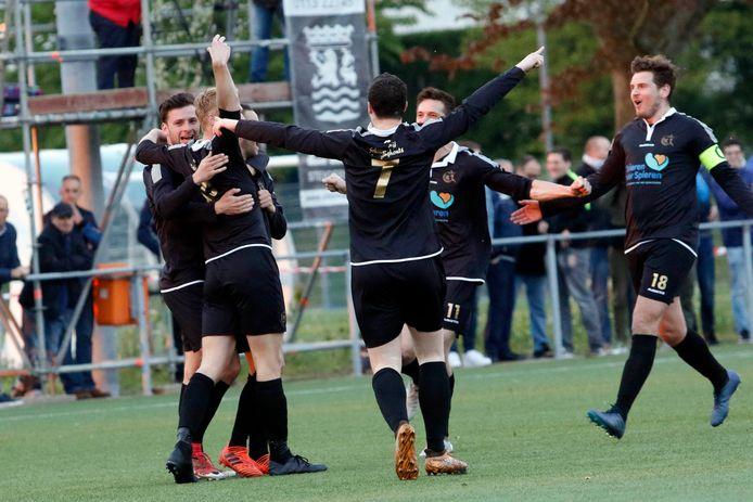 Vreugde bij Cluzona, nadat de ploeg op 0-1 komt bij Goes. De Zeeuwen zouden uiteindelijk winnen met 1-3, maar over steun had de ploeg uit Wouw niet te klagen.