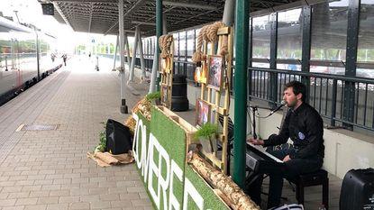 Pianist verwelkomt treinreizigers in Station Noorderkempen