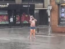 Il prend sa douche au beau milieu de la route à Waterloo