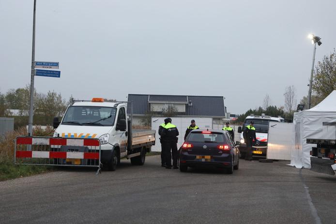 Veel poltie bij het woonwagenkamp in Lith, waar donderdag een inval gaande is.
