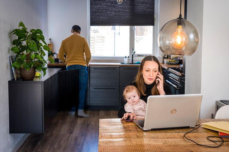 Terwijl vaders van jonge kinderen dankzij thuiswerken een betere balans tussen werk en privé bereiken, is dat voor moeders niet het geval. Beeld Hollandse Hoogte /  ANP