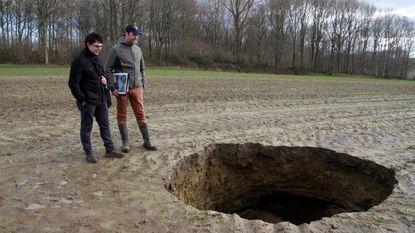 Een ontplofte bom, of een meteoriet? Nee, een ingestorte oorlogstunnel
