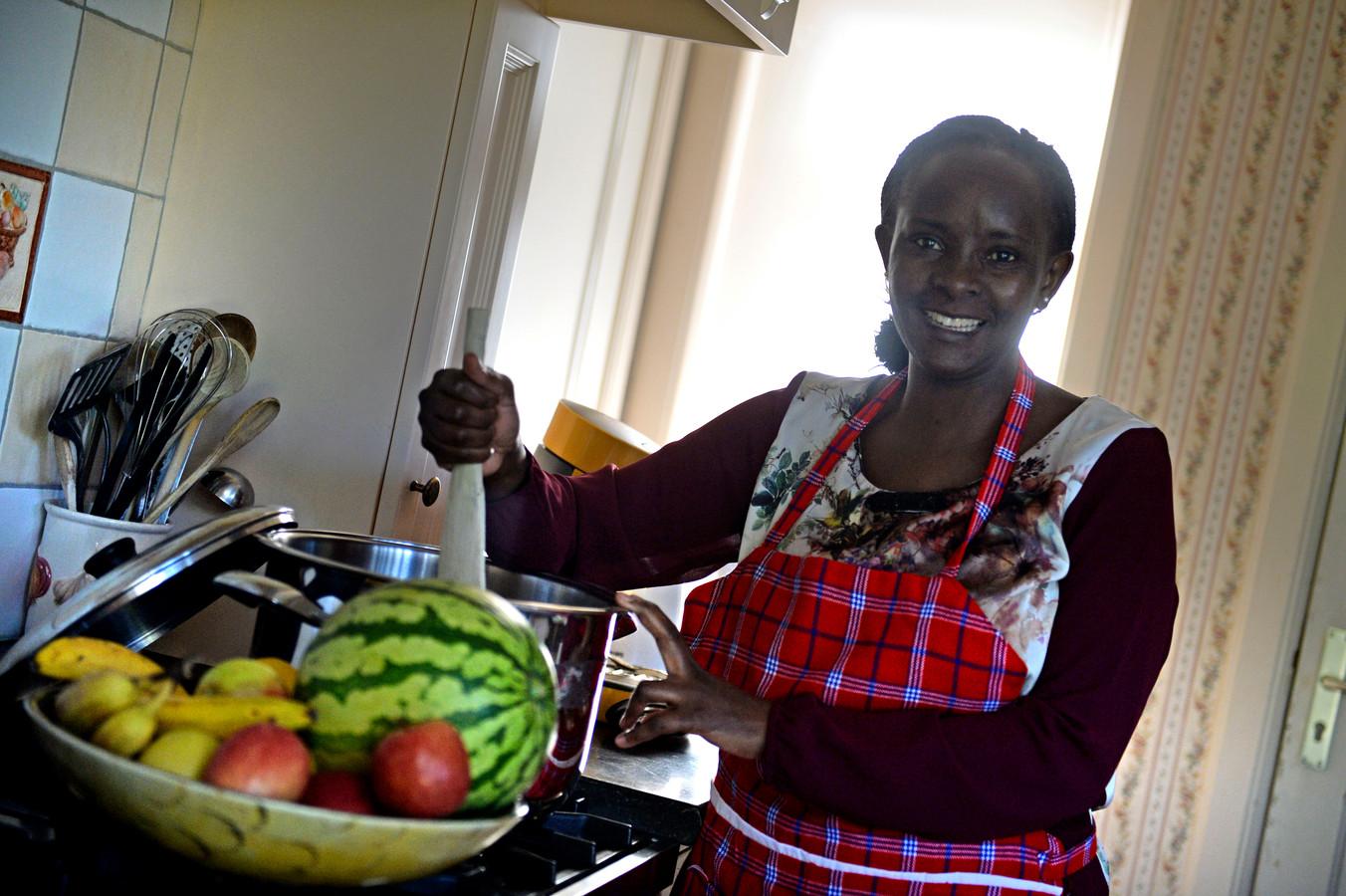 Borne - dilia uit Kenya is zich snel aan het inburgeren in Borne. Geeft onder meer in het kulturhus een workshop Afrikaans koken.