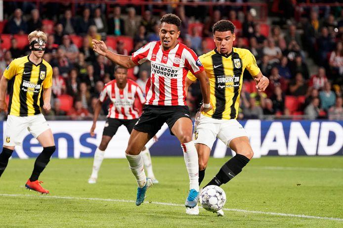 Armando Obispo in duel met PSV'er Donyell Malen.