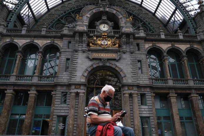Een man draagt een mondkapje op het station van Antwerpen.