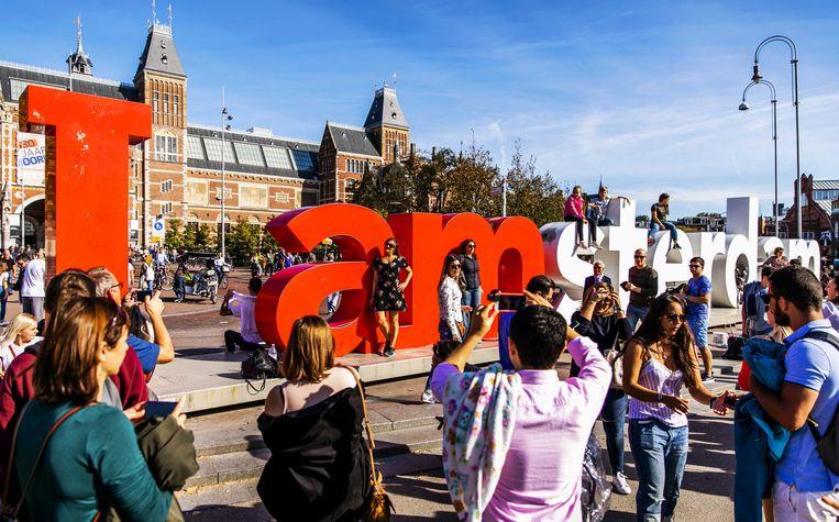 Toeristen bij de letters 'I amsterdam' op het Museumplein. Beeld ANP