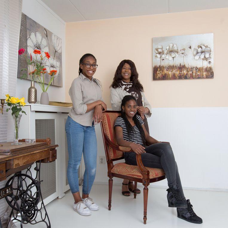 Pleegmoeder Irene met haar kinderen Vanessa (links) en Chisom (zittend).   Beeld Maartje Geels