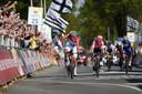 Mathieu van der Poel was op 21 april 2019 de laatste winnaar van de Amstel Gold Race. Rechts in het blauw komt Julian Alaphilippe als vierde over de finish.