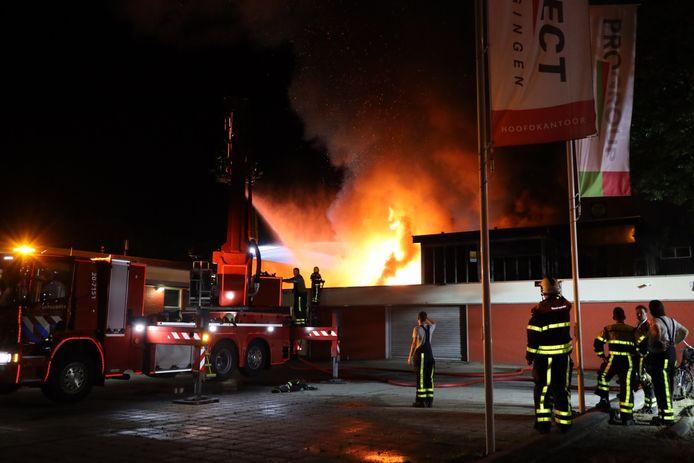 Rond 02.00 uur 's nachts laaide het vuur op en werd de brand uitslaand.