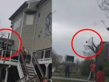 Il rentre un panier incroyable en tirant au-dessus d'une maison