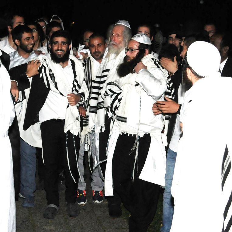 Rabbijn Eliezer Berland (met grijze baard) viert zaterdag op chaletpark Koornaar op Texel met honderden volgelingen Jom Kipoer. Beeld Edo Kooiman