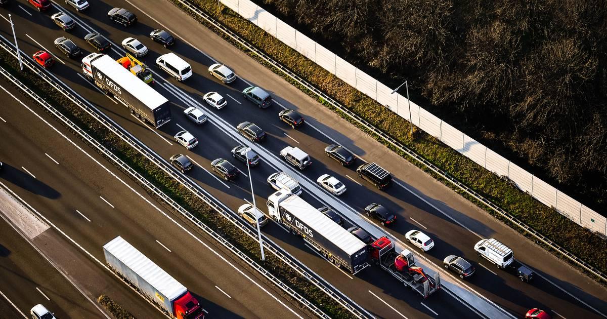 Eenzijdig ongeval op A58 bij Tilburg veroorzaakt file.