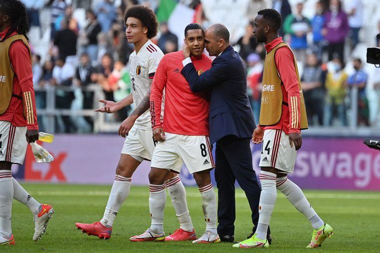 Bondscoach Roberto Martinez troost enkele Duivels na de verloren kleine finale van de Nations League. Beeld BELGA