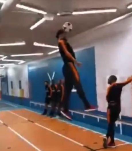 'Van Dijk Airlines': Oranje-captain etaleert enorme sprongkracht