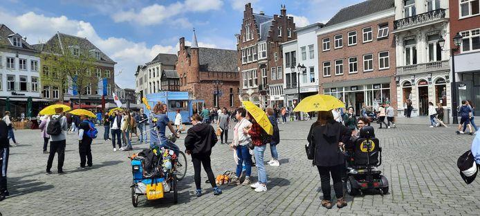 Plukjes mensen verzamelen zich op de Markt in Den Bosch. De geplande tocht start even verderop, bij het station.