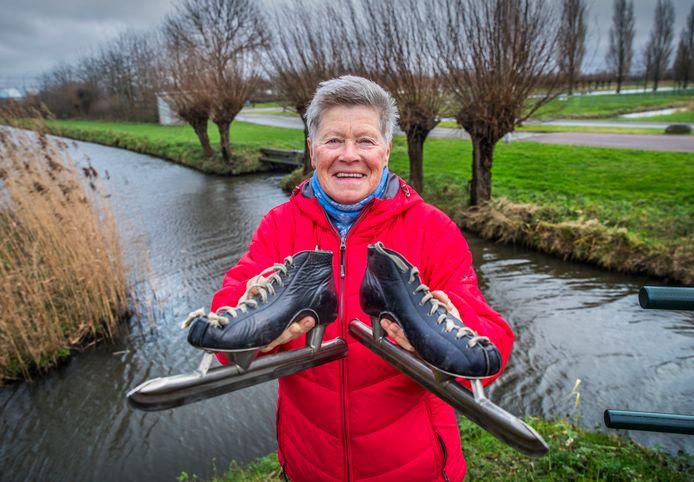 Tineke Dijkshoorn met de schaatsen waarop zij in 1986 de Elfstedentocht reed.