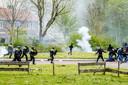 Feyenoord-fans bekogelen de politie met vuurwerk en stenen.