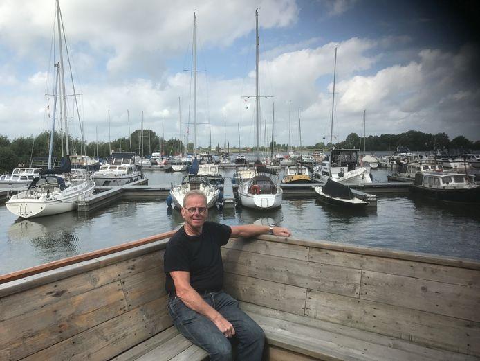 Havenmeester Piet van den Bergh bij de haven aan de Koornwaard.