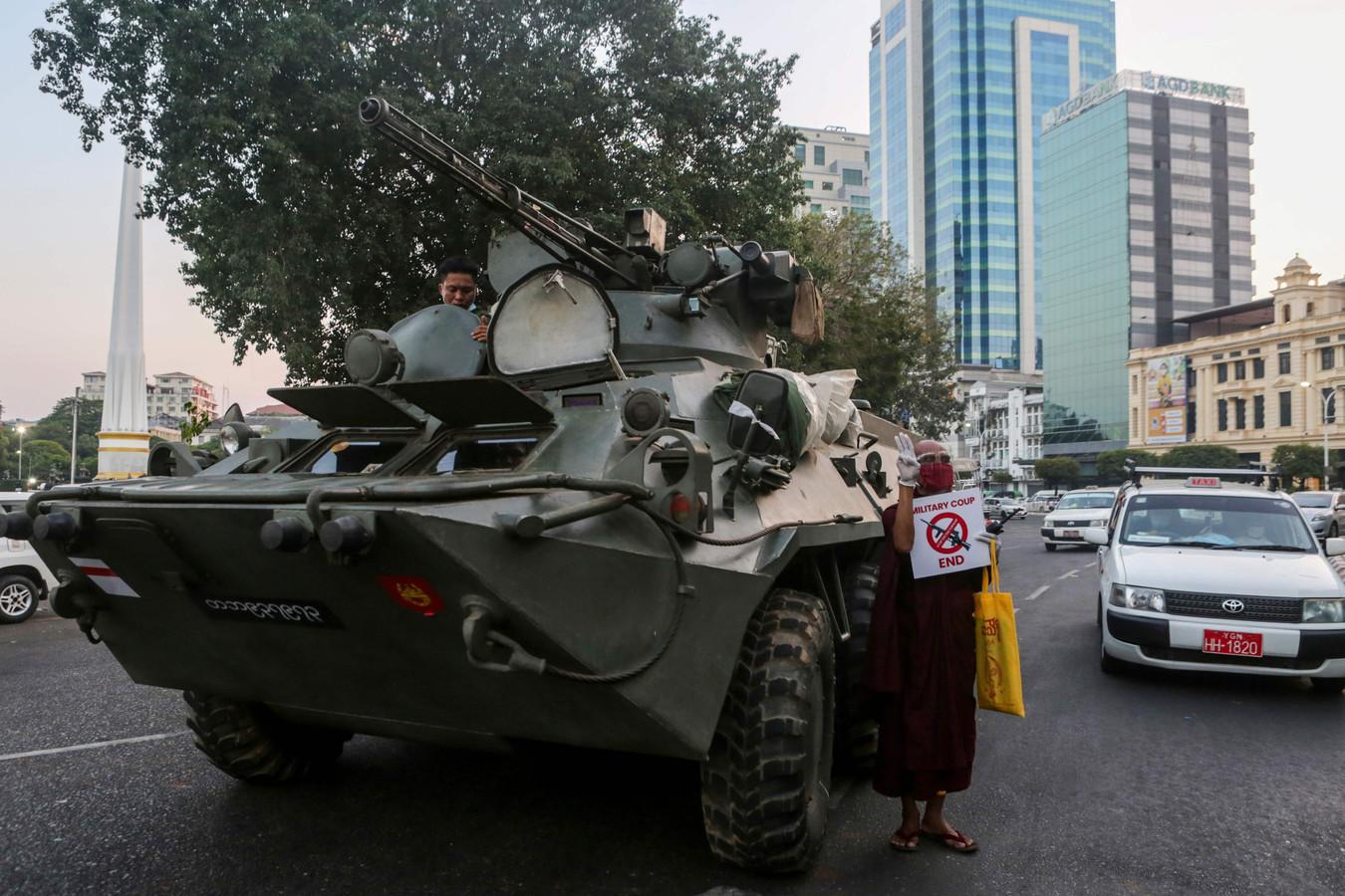 Een tank in de grootste stad Yangon (het voormalige Rangoon)