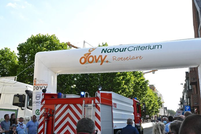 De brandweer had haast, op weg naar de woningbrand, via een deel van het parcours van het Natourcriterium. De blussers reden zelfs over de finishlijn.
