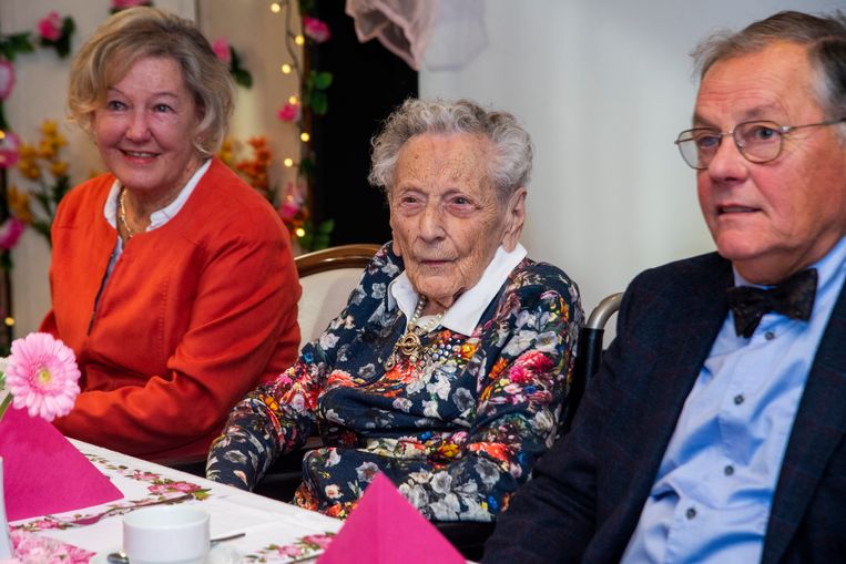 Elza geniet met haar familie van haar 106de verjaardagsfeest.