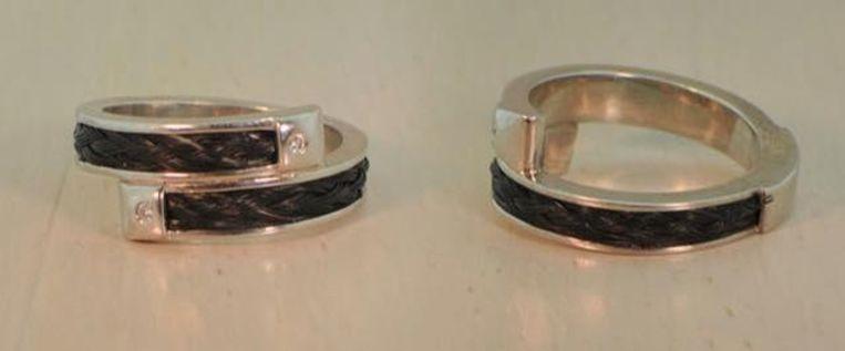 De verloren ring lijkt op deze op de foto. De ring van Julie bestaat uit gepolijst zilver, twee briljantjes en geweven paardenhaar. Erin staat de naam 'Amor' gegraveerd.