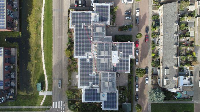 Zonnepanelen op flats veroorzaken grotere risico's dan op rijtjeshuizen, bepleit het Instituut Fysieke Veiligheid.