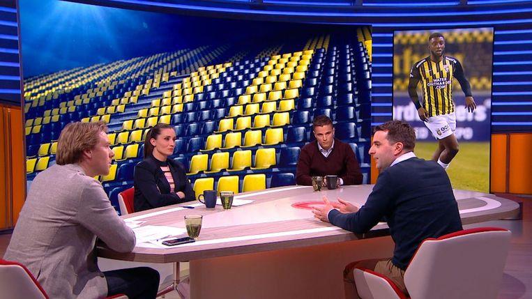 Leonne Stentler aan tafel bij Studio Voetbal, met presentator Sjoerd van Ramshorst (l), oud-voetballer Ibrahim Afellay en Voetbal International-hoofdredacteur Freek Jansen (r).  Beeld