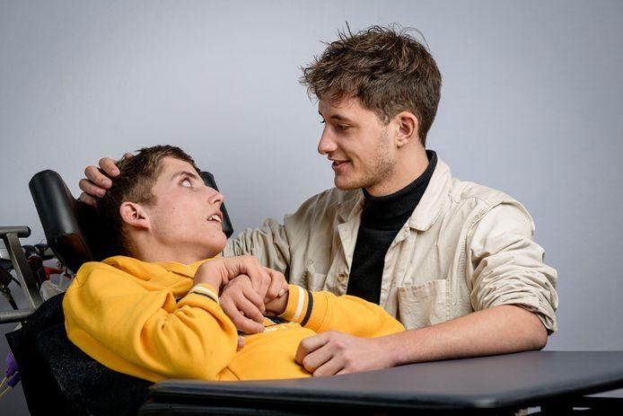 De tweeling Mitchell en Dylan Boltjes. De een is zwaar gehandicapt, de ander niet. Toch 'herkennen' ze zichzelf in elkaar.