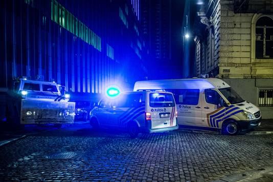 Politiewagens na de ontruiming van het gebouw van de federale politie in Brussel.