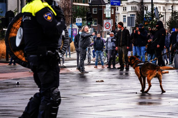 Marcel de Ruiter schreeuwt en wijst naar de politie in Eindhoven.